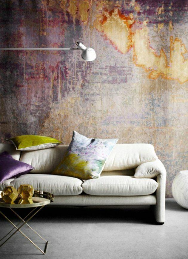 Un salon avec un mur art auqrelle violet et dore