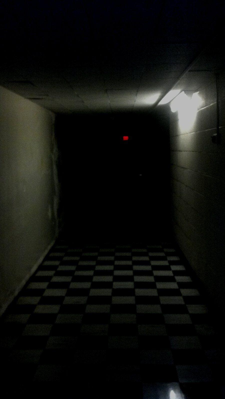 Down A Dark Hall Deutsch