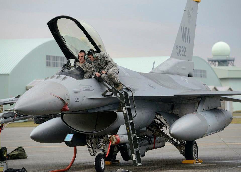 F-16 ground crew ar work