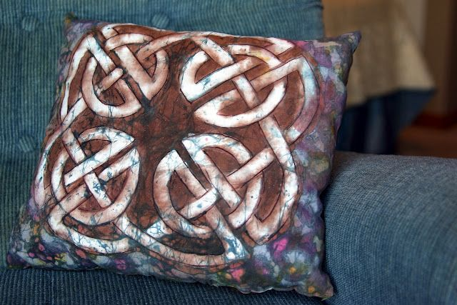 This pillow was made with an old t-shirt and crayons! Click through for the crayon batik tutorial.