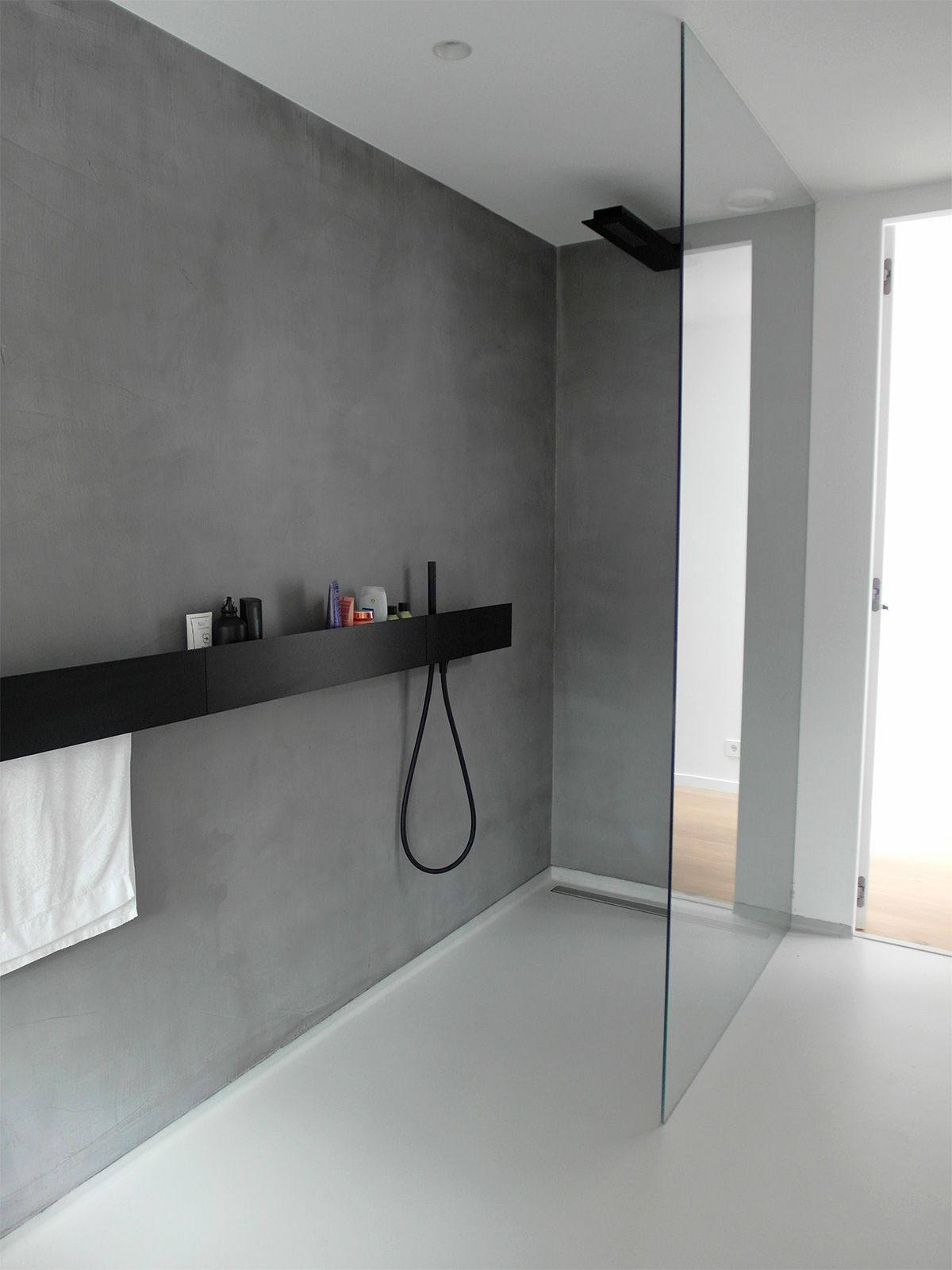gietvloer en microcement badkamer wit grijs microcement