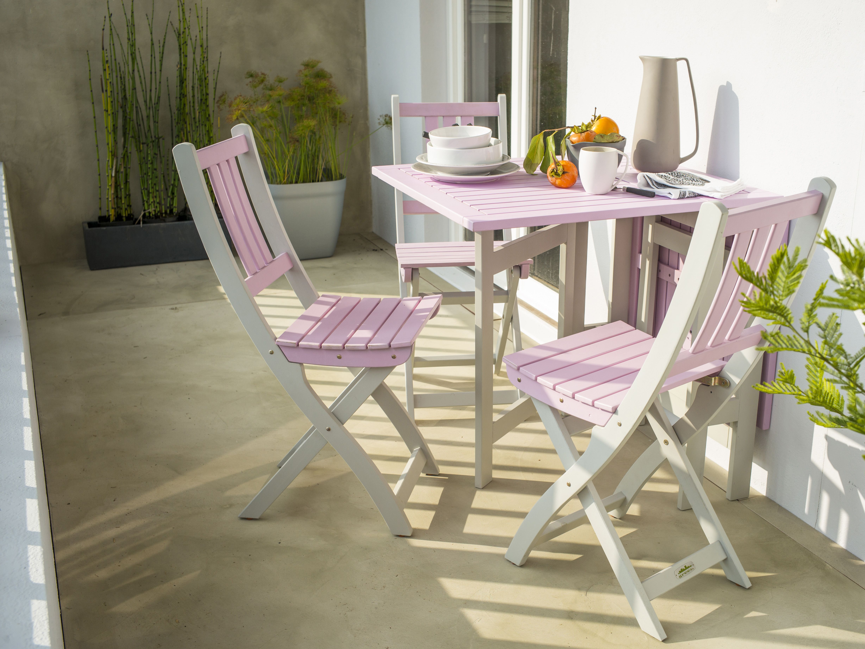Une table de jardin en bois blanc et rose spécialement adaptée