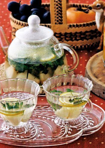 梨とレモン、ミントにお湯を注いだミントティー。女子会のドリンクはこれできまり!