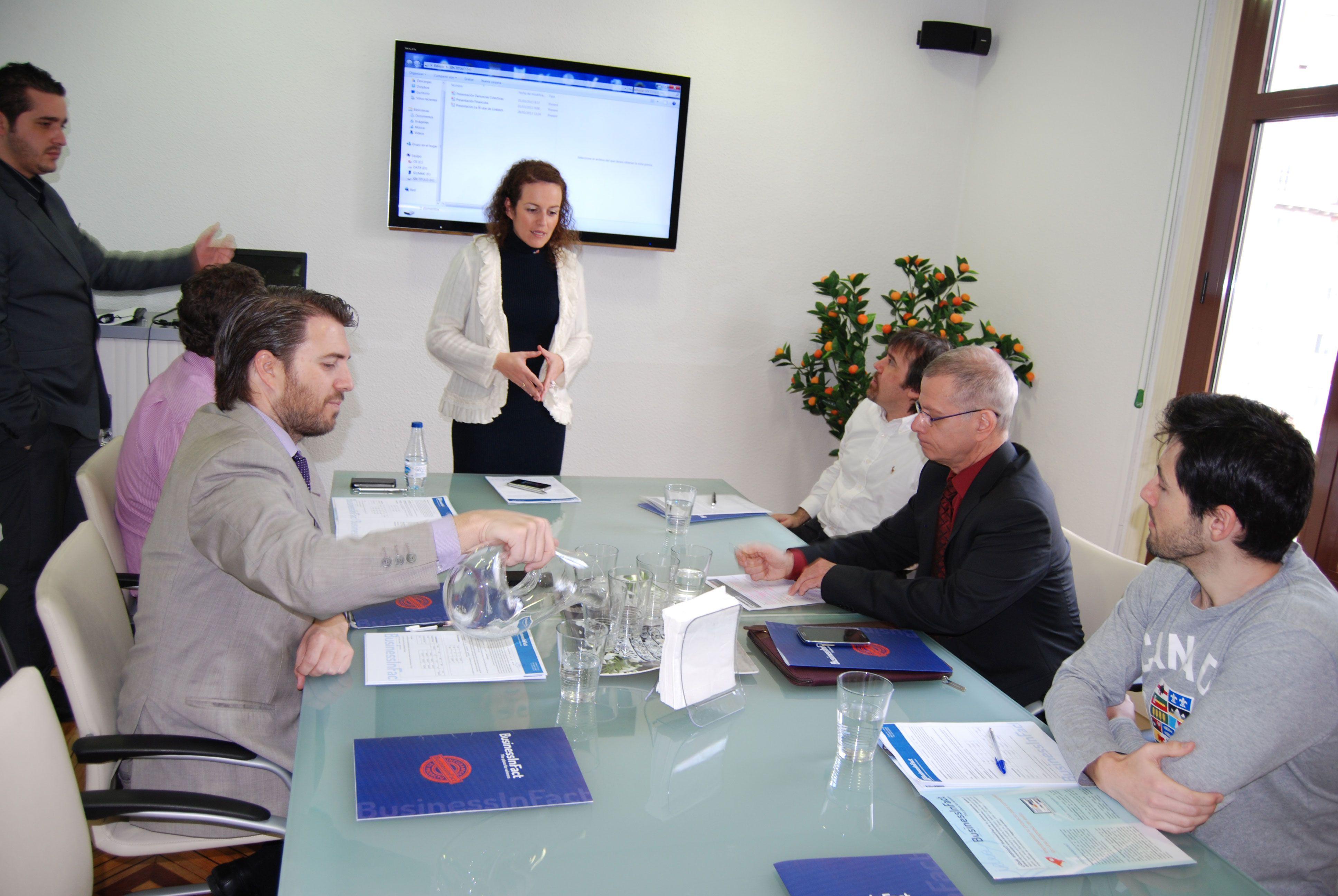 Cinty García, directora de comunicación y RRPP de BusinessInFact, presentando la segunda ronda de inversores