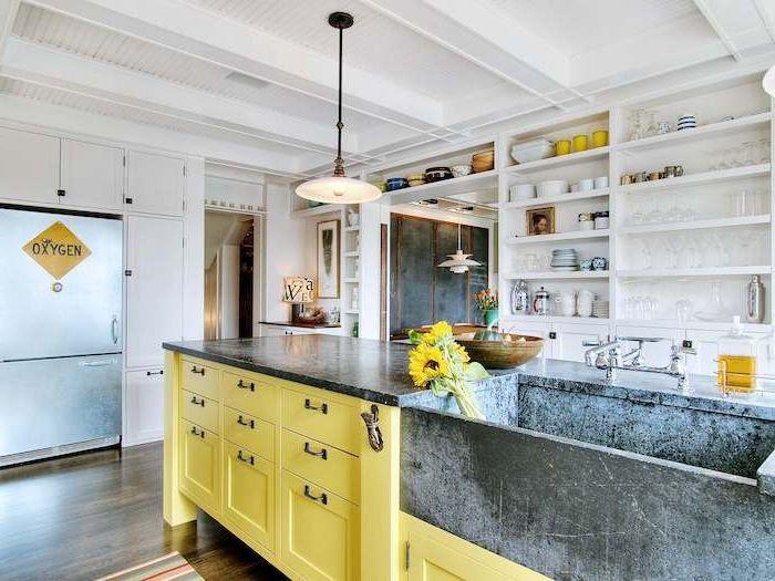 shabby chic deko in gelber farbe schöne große küche mit kücheninsel ...