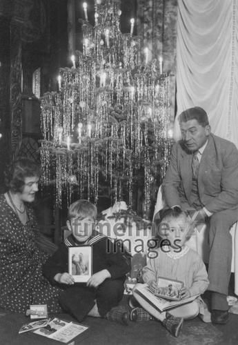 familie unterm weihnachtsbaum 1933 ldoerfert timeline images black white schwarz wei. Black Bedroom Furniture Sets. Home Design Ideas