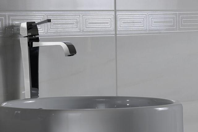 wand keramik-fliesen-bad-grau-borduer-deko Badezimmer - deko für badezimmer