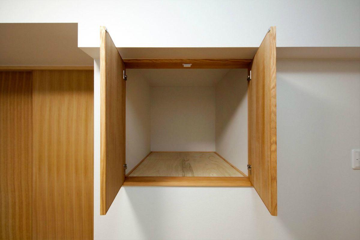 階段上のスペースも有効活用して収納に 室内窓 シンプルな間取り リフォーム