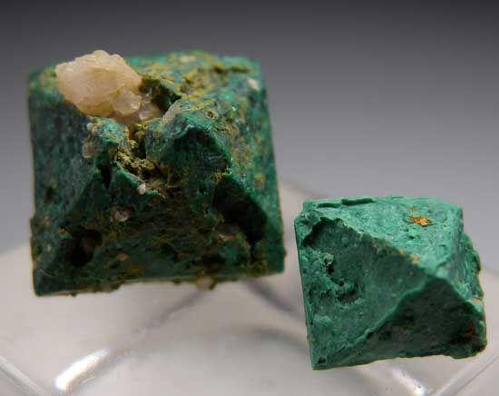 Malachite après Cuprite Blue Mine, Chessy, Rhone-Alpes, France Taille=1.4 x 1.3 x 1 cm