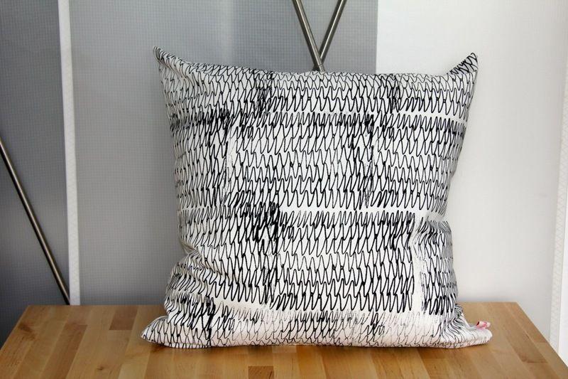 kissen freestyle in schwarz wei von dabelju design auf lm 5 f r sie trendig. Black Bedroom Furniture Sets. Home Design Ideas