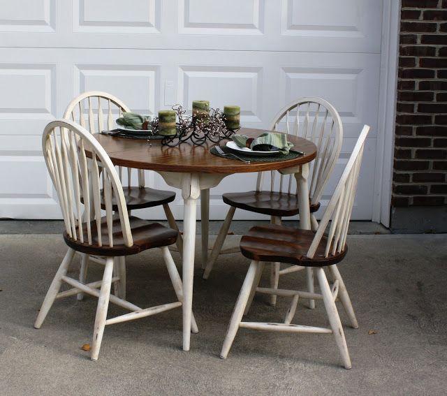 Cadeiras com formas arrendondadas são ótimas pra quebrar o peso da madeira e da mesa retangular.
