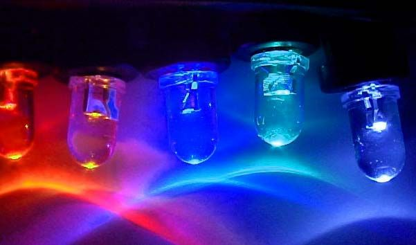 la luce intensa di alcuni led colorati Illuminazione led