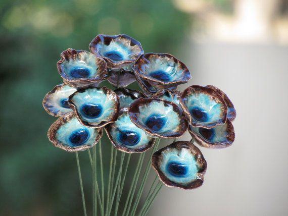 Deze unieke bruiloft bloemen zal voor eeuwig bloeien. Geschikt voor gebruik als een bruiloft boeket, als bruiloft decoratie, als een kleine decoratieve stuk voor enig ander doel en blijft als een souvenir van uw bruiloft. Ook kun je het als een speciale verjaardag cadeau voor uw cerámicaideas #bridalflowers #flowerbouquetwedding #bouquetflowers #ceramicflowers #clayflowers #potteryart #ceramicpottery #bouquetcadeau