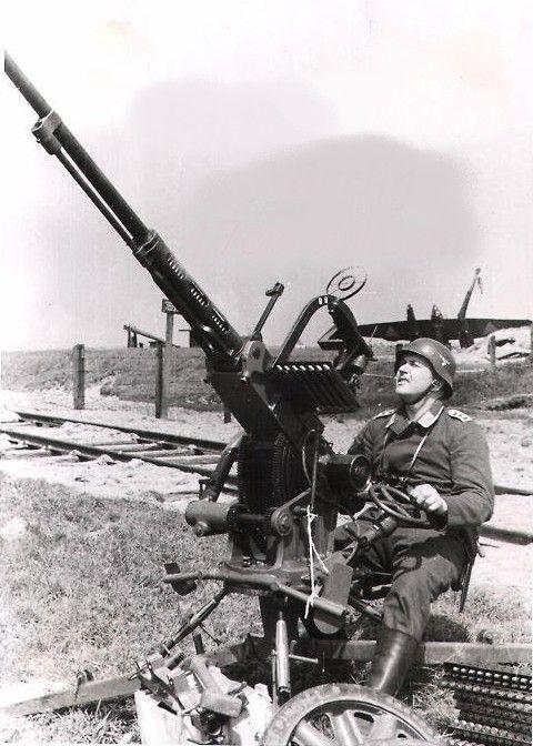 """derrière le servant il y a l'épave d'un FOKKER G1 """"Faucheux"""" néerlandais. l'action se situe durant l'invasion de la Hollande. le canon Scotti italien provient de l'armée néerlandaise..."""