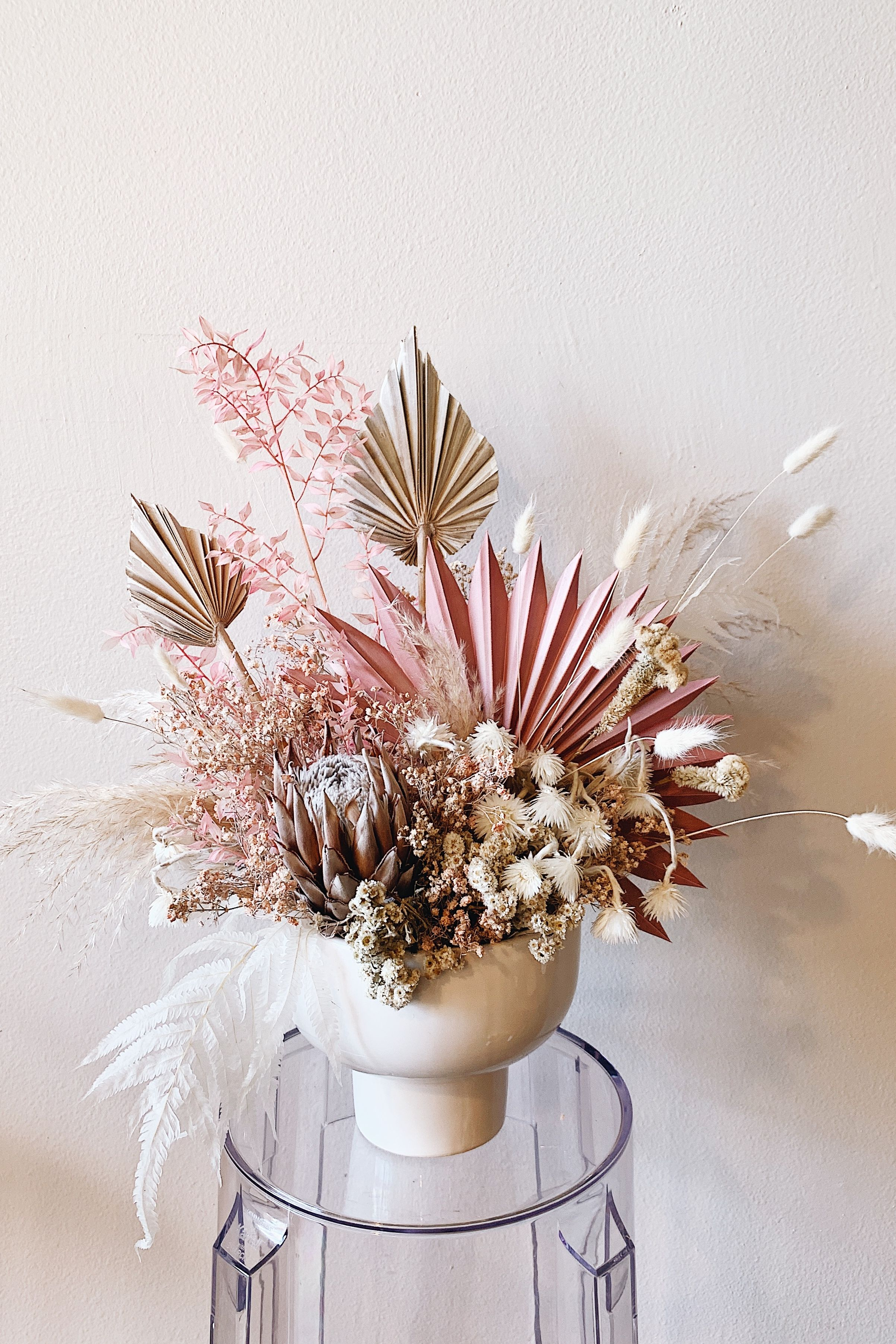 Create a stunning centerpiece for your DIY wedding with pink and white dried flowers from Afloral.com. Image and design by @anna.labeau #pampaswedding #driedflowerwedding #driedflowers #afloral