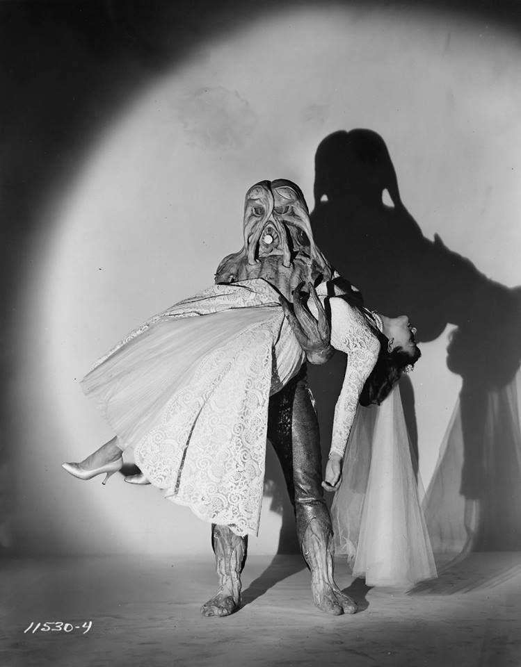"Imagen promocional de ""I married a monster from outer space"" (1958). Romanticismo y paranoia anticomunista en un solo y bello fotograma."