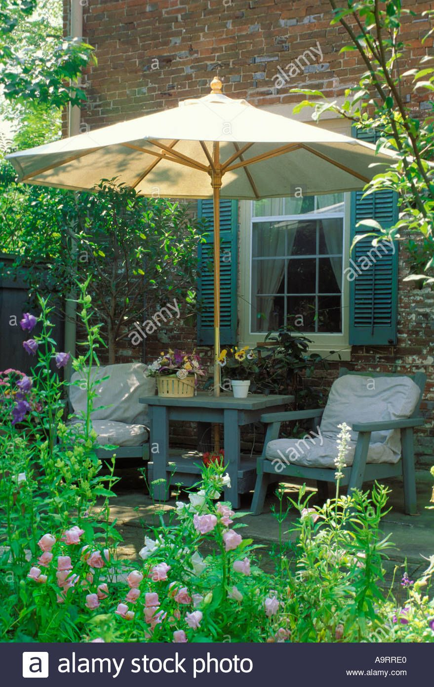 Small private patio in city with an enclosed cozy garden ... on Small City Patio Ideas id=82845