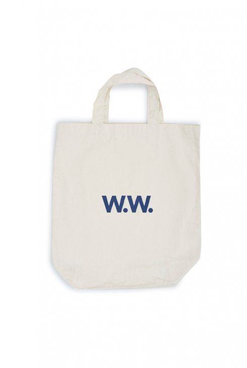 Classic Totebag with W.W. print on the front. It comes in Denim with a white print and in Pristine with a navy print.  Composition: 100% cotton.