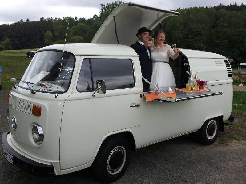 Das Hochzeitspaar stößt mit seinen Gästen auf die Trauung an.