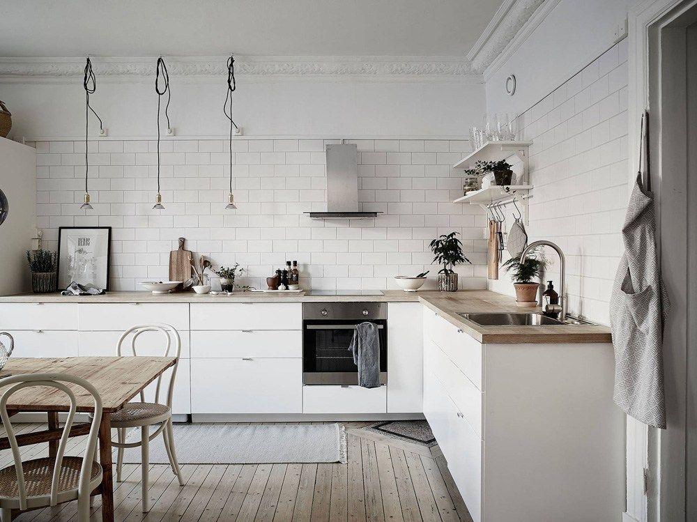 cocina nrdica con baldosa metro y encimera de madera