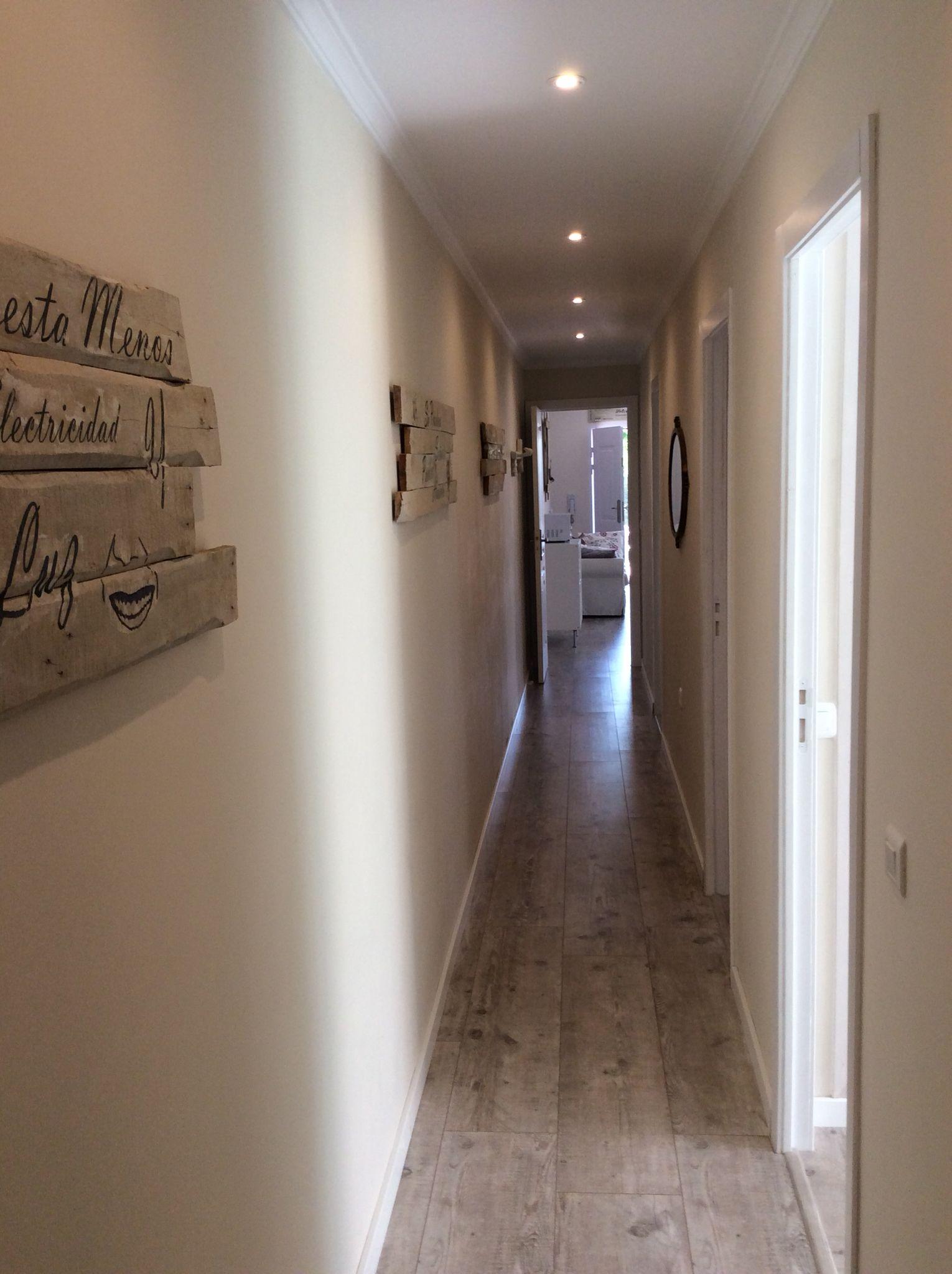 La pared de mi largo pasillo decorada con cuadros de - Decoracion pasillos largos ...