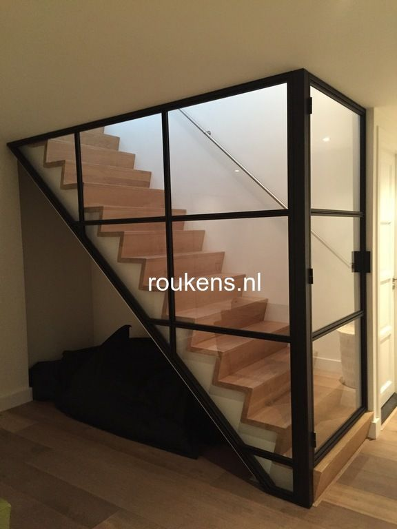 Deuren stalen frame en deur met glas voor trap stalen wand met glas pinterest interiors - Wand trap ...