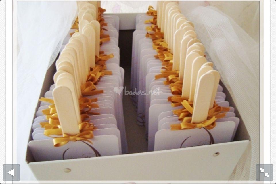Paipáis hechos con cartulina y palitos de helado.