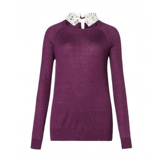Maglia maniche lunghe, in viscosa e lana, con colletto applicato e impreziosito da strass e pailletes. Chiusura a goccia nel retro.