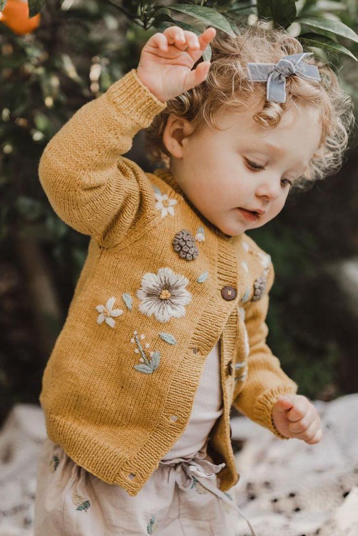 Mustard Flora Cardigan aus Baumwolle und unsere handbestickten Uniqua Bloomers. Hoffen ... #babykidclothesandideas