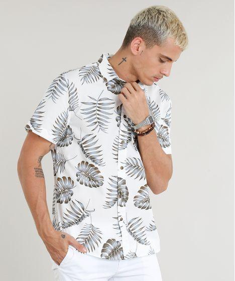 Camisa masculina desenvolvida em tecido plano leve. É estampada de  folhagem. Tem aplicação de 7ab354dc06e