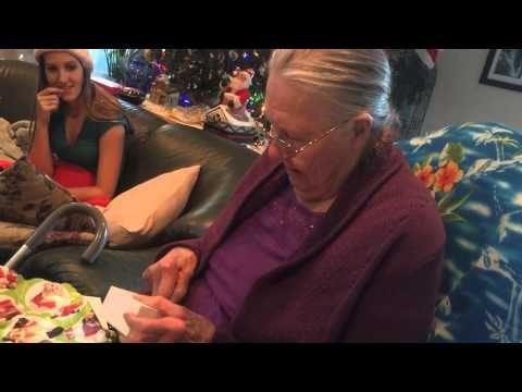 La Reacción de una Abuela al Recibir un iPhone de Chocolate