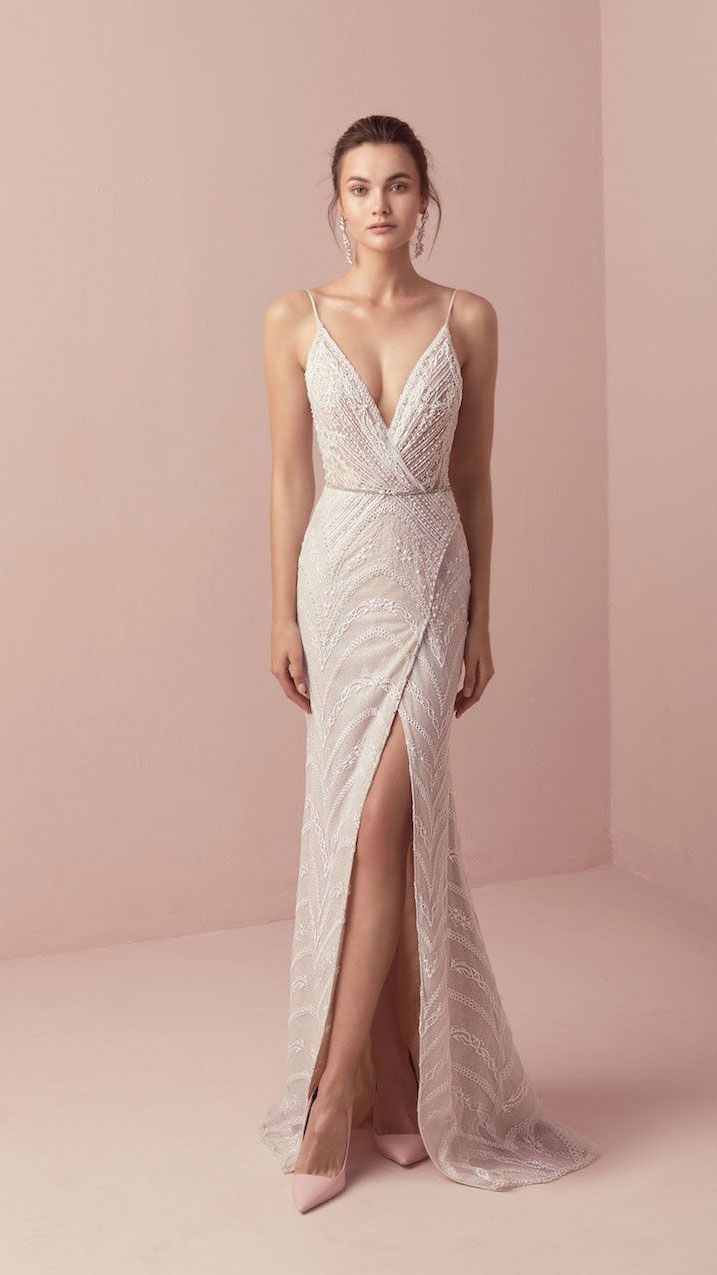 Romantische Hochzeitskleid-Idee – tiefes Hochzeitskleid mit V-Rücken, Spitzendetails und #woodworkings - wedding dress #ceremonyideas