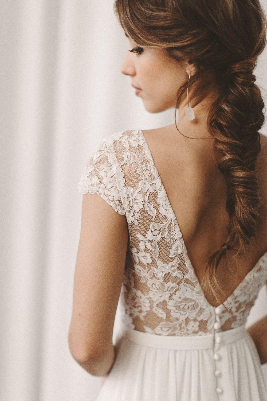 Brautkleid mit Rückenausschnitt und zarter Spitze, fließender Rock und Schlitz Light & Lace