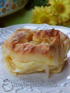 Potreban materijal: 10 kora za pitu 500g sira 5 jaja 100ml mleka 100ml ulja 100g maslaca ili margarina Priprema: Sir izgnječiti viljuškom, dodati jaja pa umutiti i posoliti po ukusu. U posebne šoljice staviti ulje i mleko. Svaku koru prvo četkicom premazati sa uljem, pa zatim i sa mlekom. Naneti fil (otprilike dve kašike fila …
