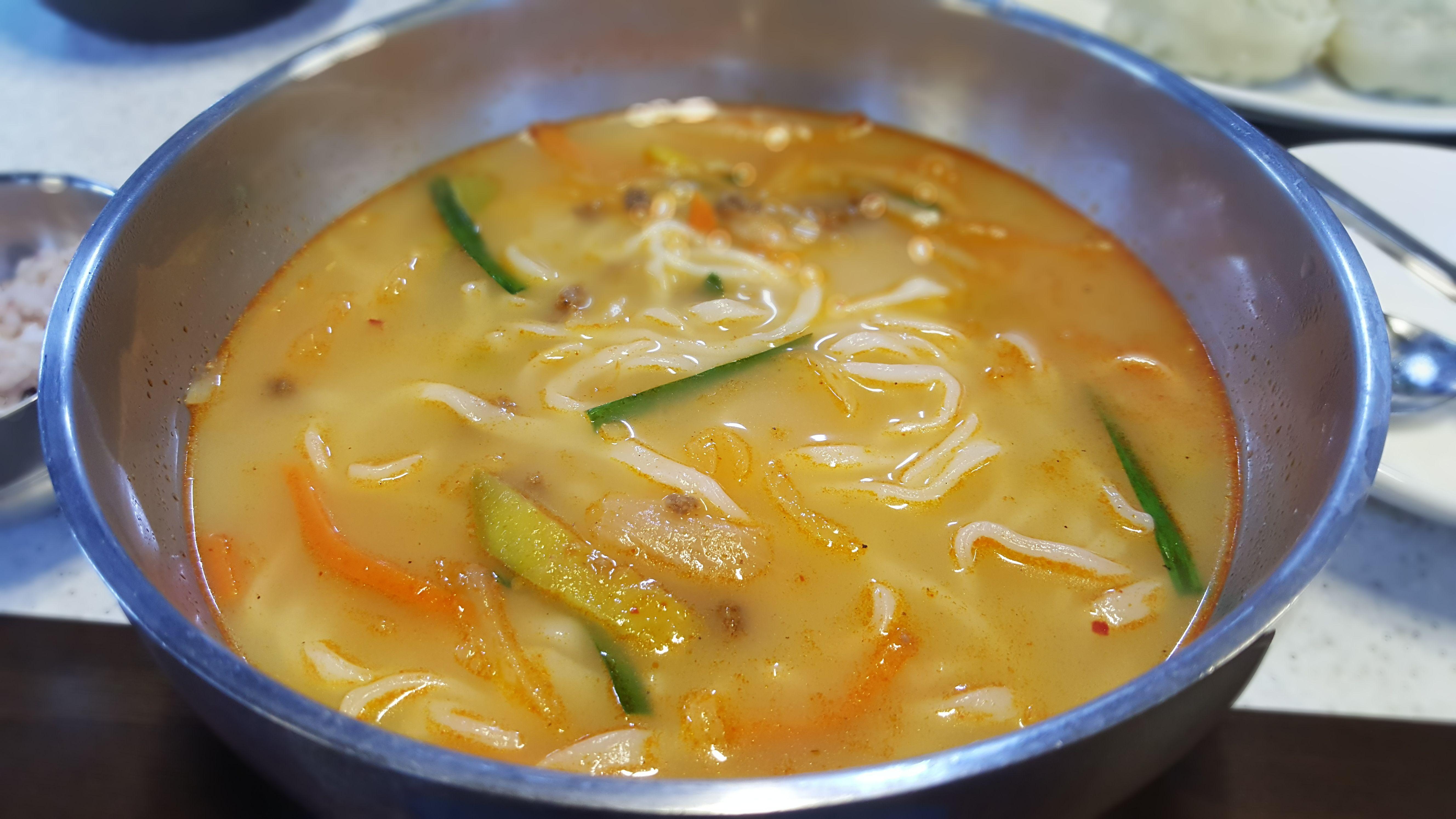 #비 오고 날도 쌀쌀해졌습니다. 오늘 #점심시간 은... 따뜻한 #칼국수 어떨까요? #왕만두 는 덤~ 덤~ #맛있는_점심_되세요