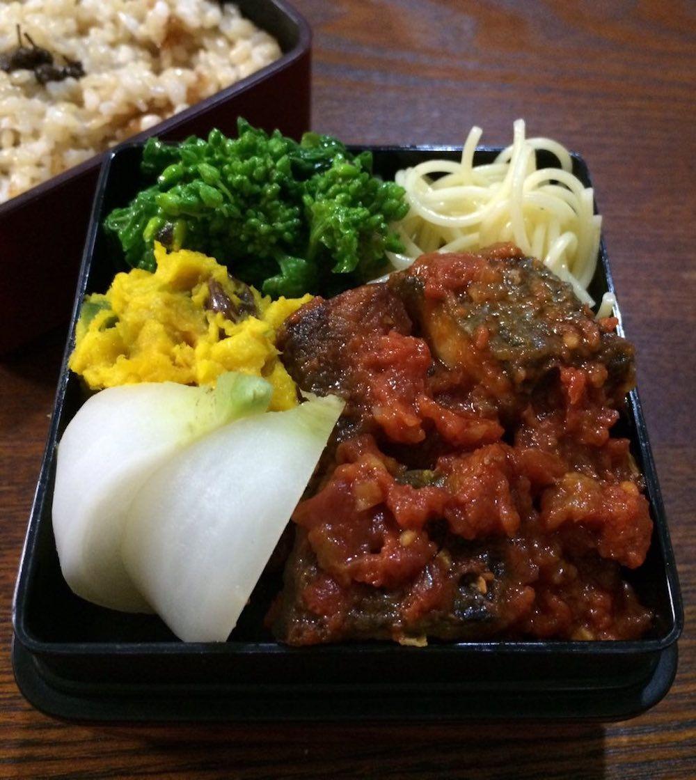 玄米ご飯200g、鯖トマトソース煮、菜の花の伊風お浸し、白パスタ、小蕪スープ煮、南瓜サラダ(レーズン)