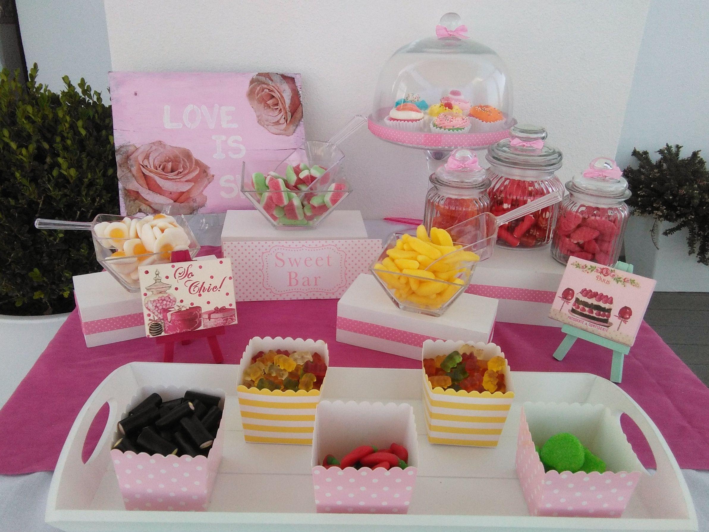 Candy bar rosa con tartera con cupcake de gominolas - Decoracion con chuches ...