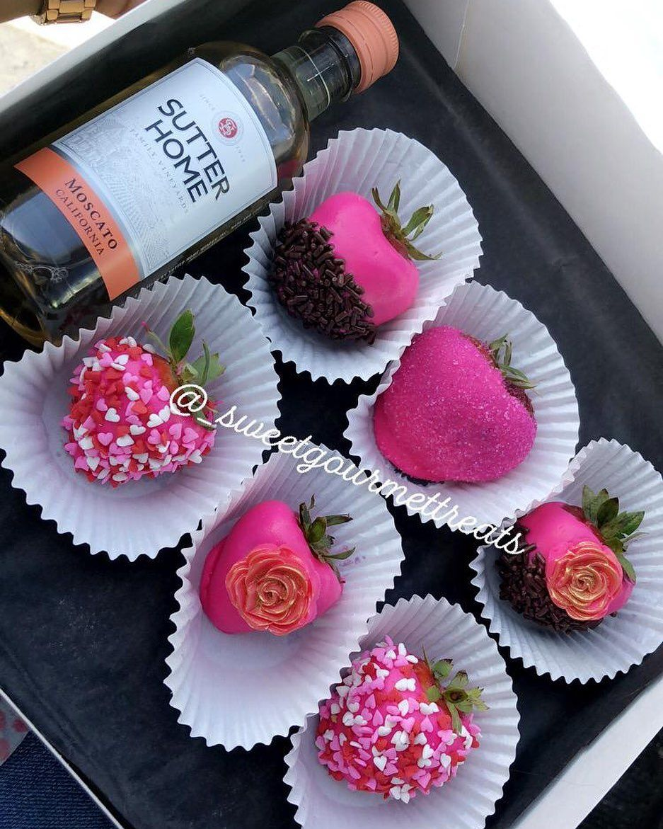 Pink berry box with a bottle of pink moscato 😍🙌🏿 Thank you for shopping with us ! Love at first dip 🤤 📞 434-9416 to order 📦 Delivery Available 📍 Nassau, Bahamas
