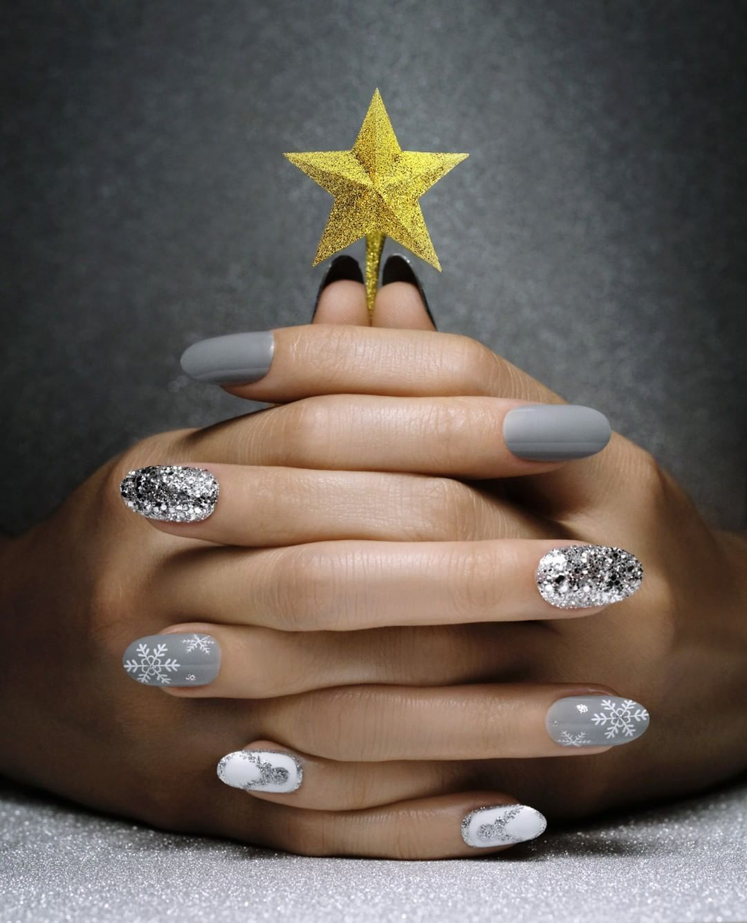Kiss Products On Instagram With This Holiday Design Your Nails Are The Shining Stars Nail Design By Nailsbyryoko Exclus Nail Designs Kiss Products Nails