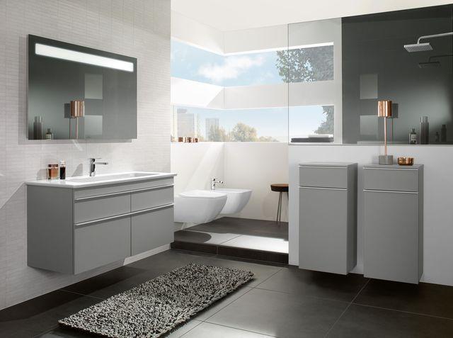 Une salle de bains baignée de lumière aux touches grises et blanches