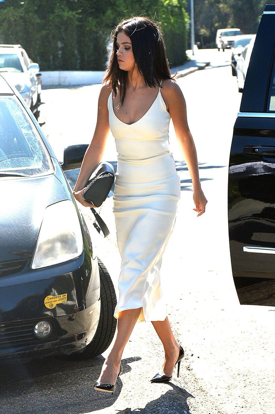 Pin By Sophia Randall On Work Attire White Tight Dresses Selena Gomez Outfits Selena Gomez Street Style [ 1334 x 888 Pixel ]