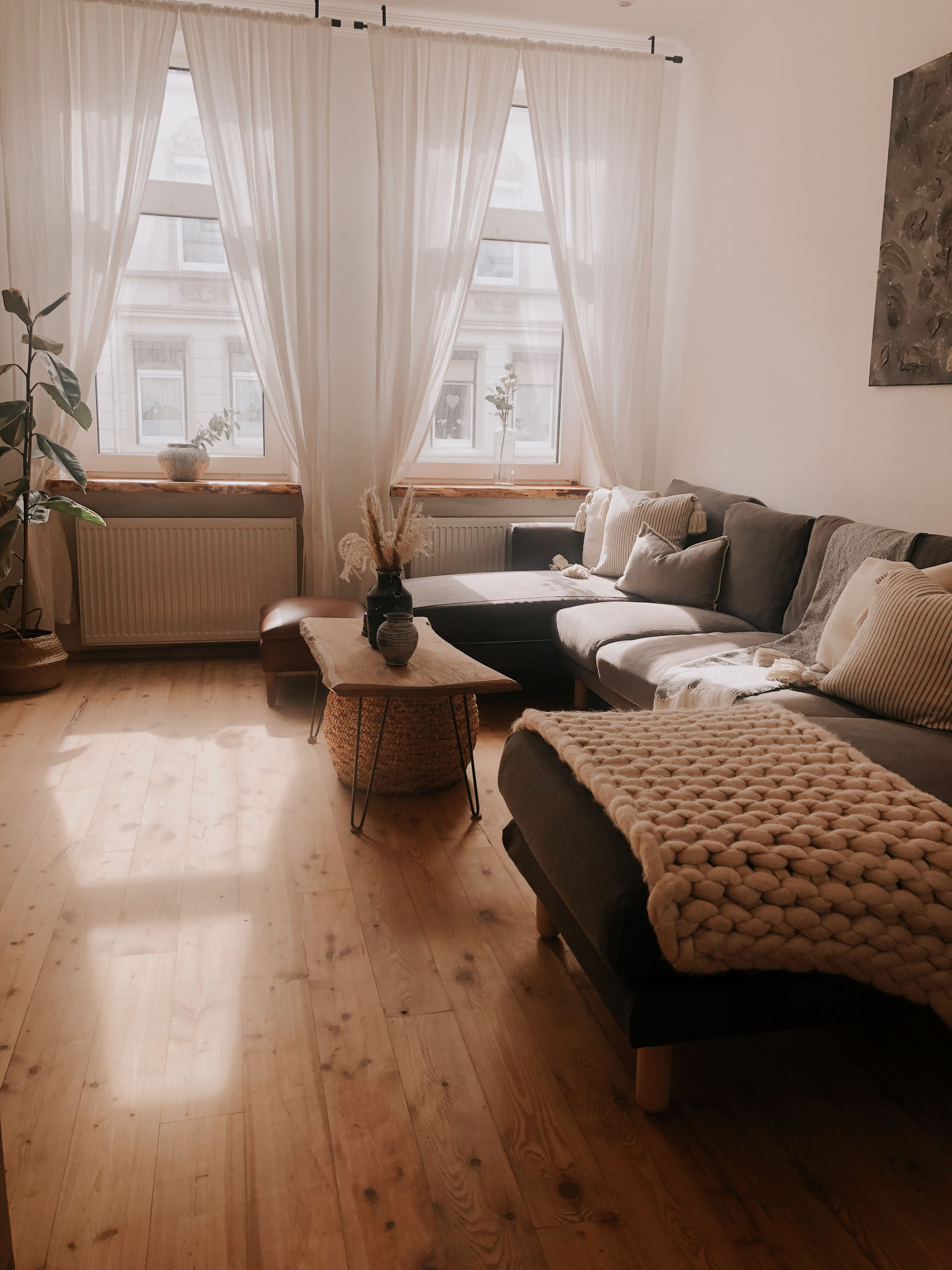#cozylivingroom #knittedblanket #cozyhome #smalllivingroom