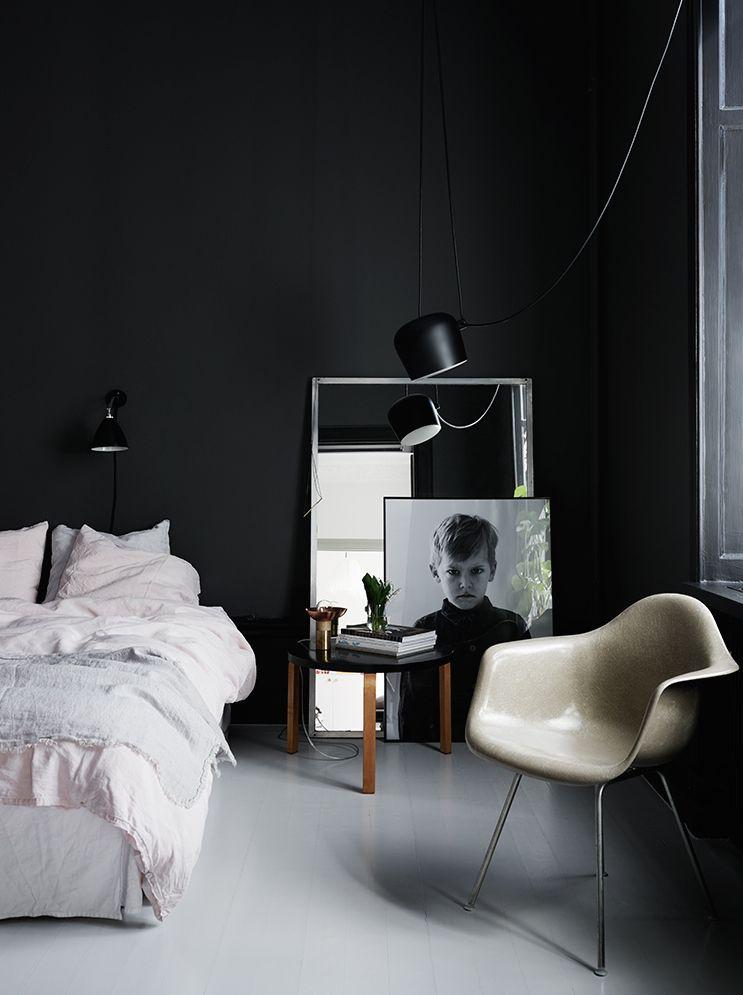 Tällä hetkellä sisustuksessa kuumin juttu taitaa olla tummat sävyt niin seinissä kuin huonekaluissakin. Seuraavat Elle Decoration UK:ssa julkaistut kuvat h