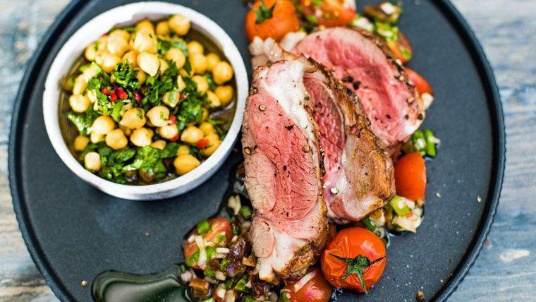 Orientalisches Lamm Mit Kichererbsensalat Und Tomatensalsa Auf Einem Teller Serviert Kochrezepte Kochen