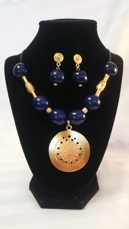9fb33c1bb357 Collar y aretes en semilla color azul