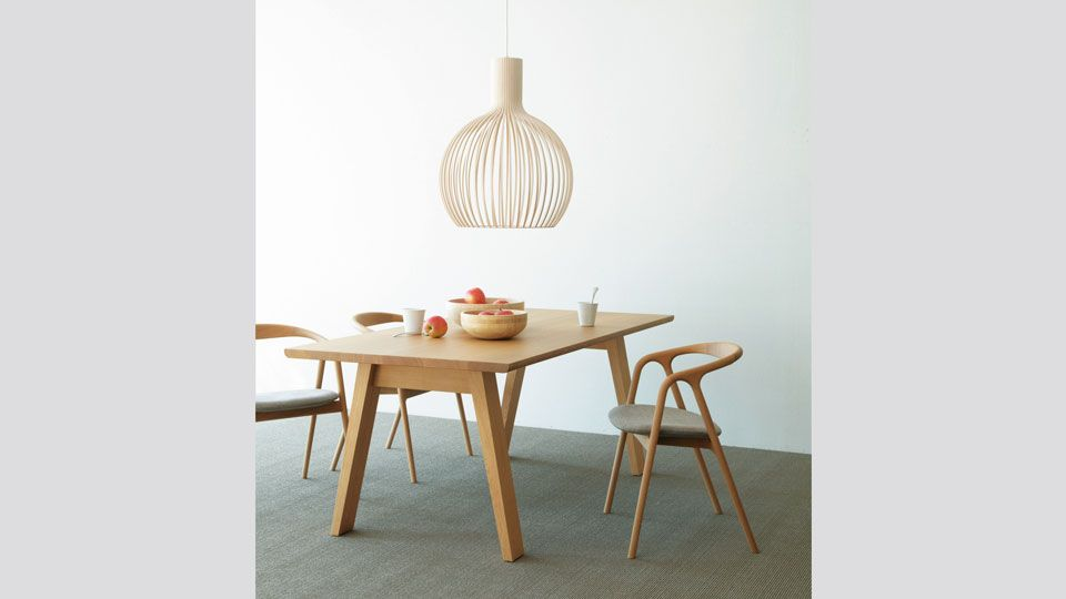 無垢材の風合いを生かしたテーブル。天板の縁辺にはわずかな丸みをつけ、触れたときに優しく、チェアのキズも防ぎます。ウレタン塗装を施し、メンテナンスを簡易にしています。