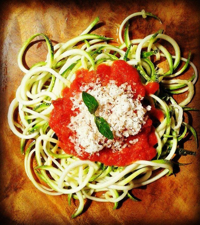 Tallarines de Zucchini con salsa roja casera y castañas ralladas