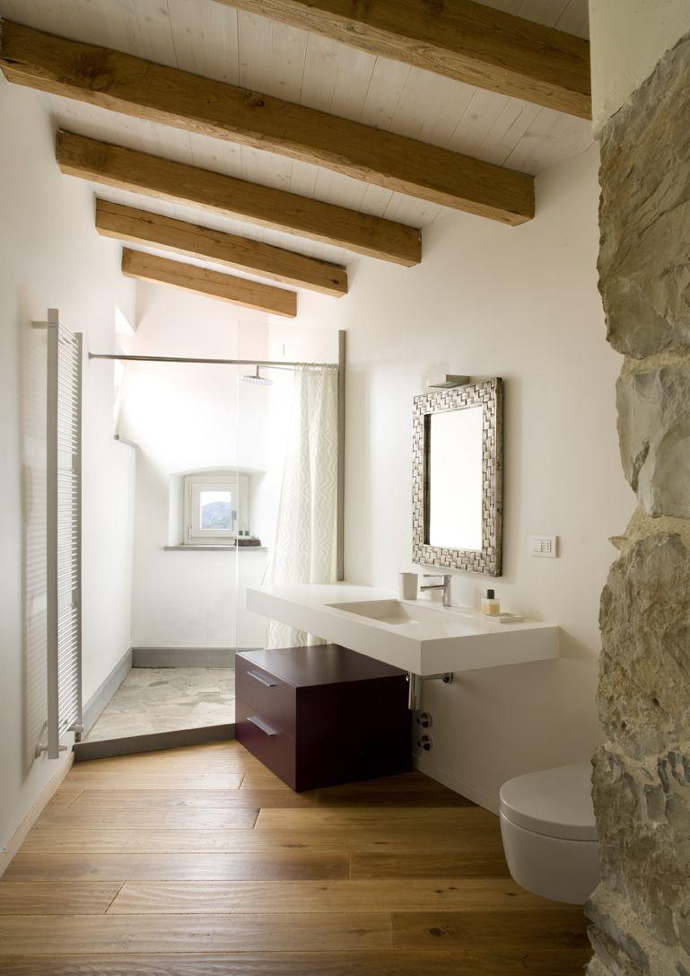 Un bagno moderno nel sottotetto con bellissima doccia