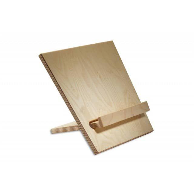 Sehr vielseitig präsentiert sich dieser Buchständer. Die beiden zusammensteckbaren Holzteile erlauben es, den Ständer variabel auf nahezu beliebige Buchstärken einzustellen. Nicht unwichtig auch: Die glatten Platten aus Birke-Multiplex lassen sich durch Abwischen leicht reinigen, gerade in der Küche ja wichtig. Aufgestellt hat der Ständer eine Breite von 25 Zentimetern, eine Höhe von 26 Zentimetern und eine Tiefe von 20 Zentimetern. Zusammengelegt reduzieren sich die Maße auf praktische…