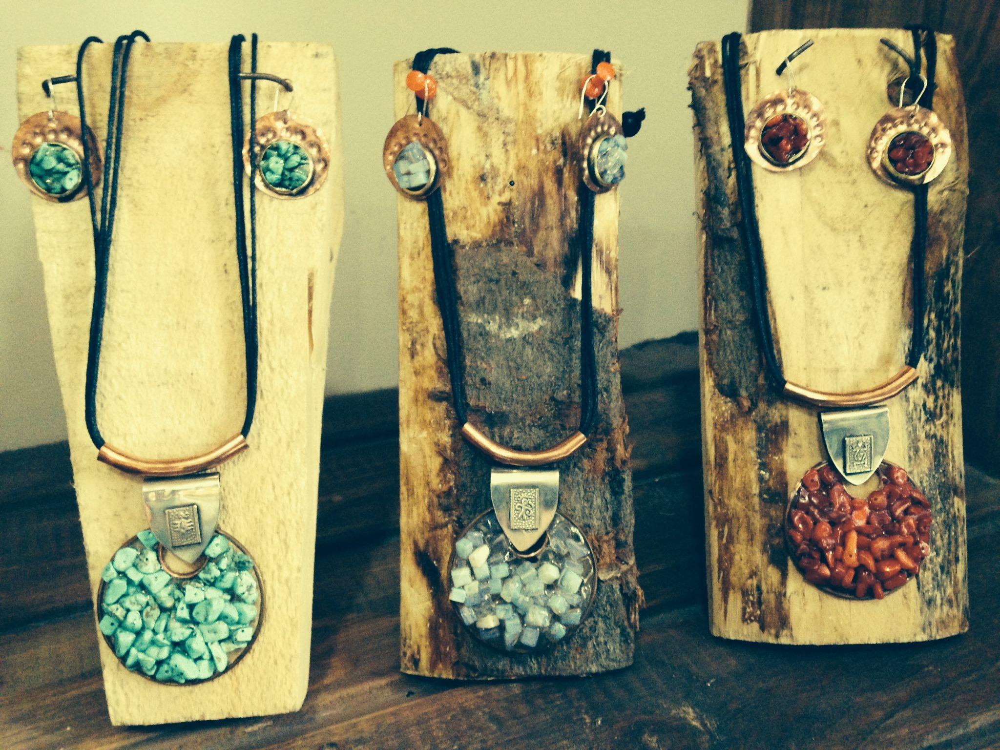 Nuevos accesorios para tu look. Mira estos hermosos conjuntos de collar + aros (tienen minerales como Agua Luna, Coral y Turquesa)